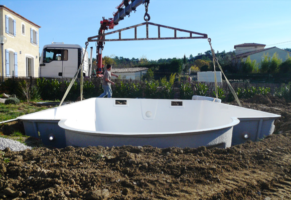 Piscine coque piscines en polyester et accessoires for Installation piscine enterree