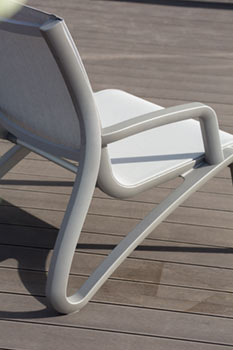 https://www.piscines-hydrosud.fr/medias_produits/imgs/accoudoirs-et-patins-fauteuil-lounge-sunset.jpg