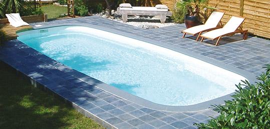 http://www.piscines-hydrosud.fr/medias_produits/imgs/exemple-piscine-coque-polyester-cursa.jpg