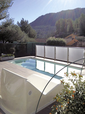 http://www.piscines-hydrosud.fr/medias_produits/imgs/exemple-piscine-coque-polyester-urbana-b.jpg