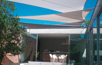 http://www.piscines-hydrosud.fr/medias_produits/imgs/voile-d-ombrage-easy-sail-triangle-coloris-blanc-et-taupe.jpg