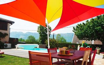 http://www.piscines-hydrosud.fr/medias_produits/imgs/voile-d-ombrage-easy-sail-triangle-coloris-vert-rouge-et-framboise.jpg