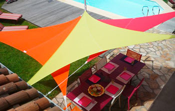 http://www.piscines-hydrosud.fr/medias_produits/imgs/voile-d-ombrage-easy-sail-triangle-coloris-vert-rouge-framboise.jpg